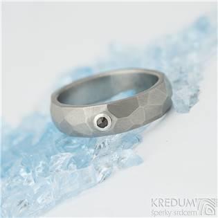 Dámský kovaný titanový prsten Skalák matný, granát