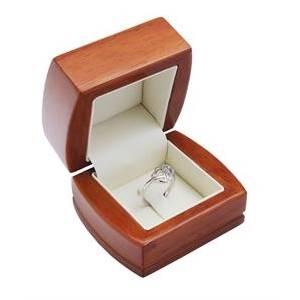 Dřevěná dárková krabička na zásnubní prsten
